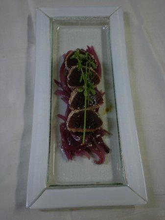 Il Feudo Dei Sapori : medaglioni di tonno al sesamo con cipolle rosse confitt