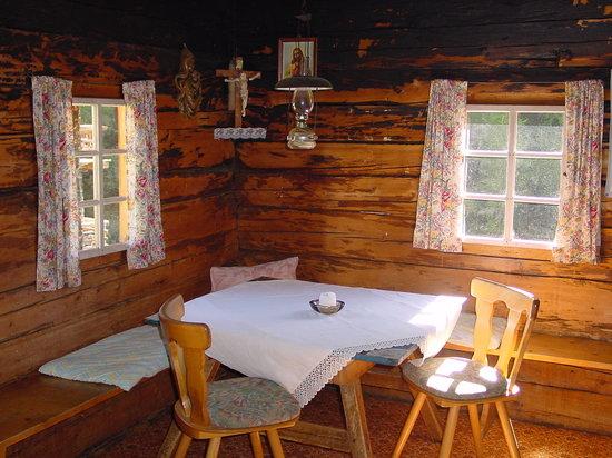 Almhutte Selmer, Oberstalleralm: Küche mit Holzherd und Petroleumlampen