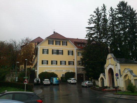 Hotel Pfeifer Kirchenwirt: veduta hotel, parcheggio adiacenta
