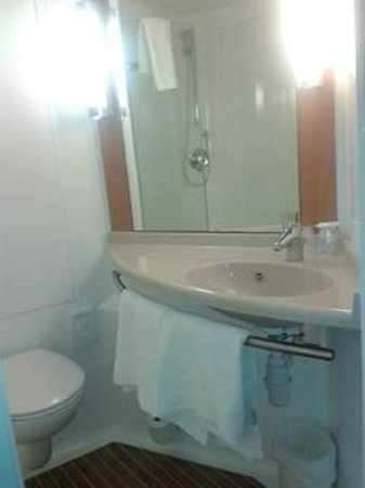 Ibis Bristol Temple Meads Quay: Bathroom with sensible shower ..