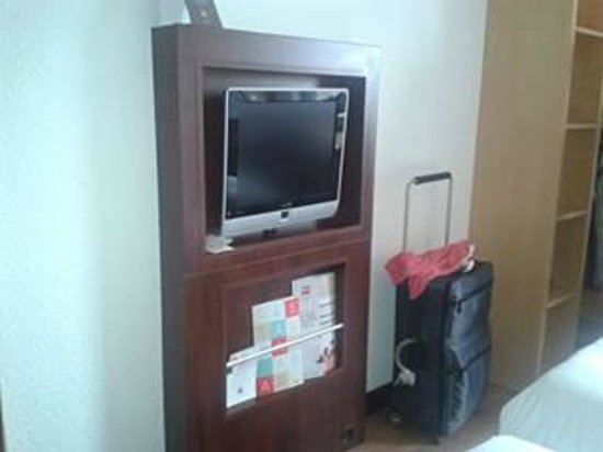 Ibis Bristol Temple Meads Quay: TV handy if you want it, beds are opposite..