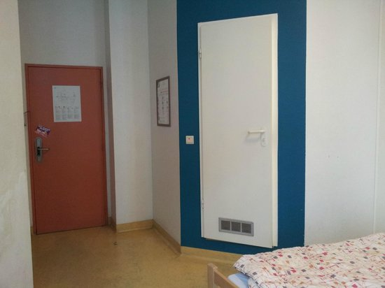 Gîte-Auberge de Jeunesse Jacques Brel : Blick zur Tür