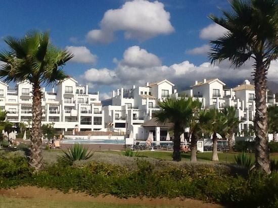 Hotel Fuerte Estepona : Anlage mit Pool von der Meerseite