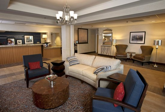 Hampton Inn Concord/Bow: Our living room is at once inviting and relaxing