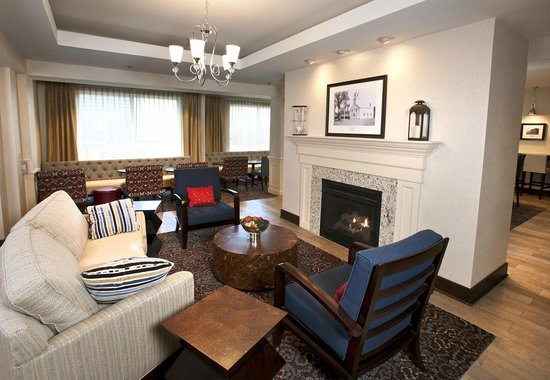 Hampton Inn Concord/Bow: Especially in the cooler weather, relax in the evening by our fireplace
