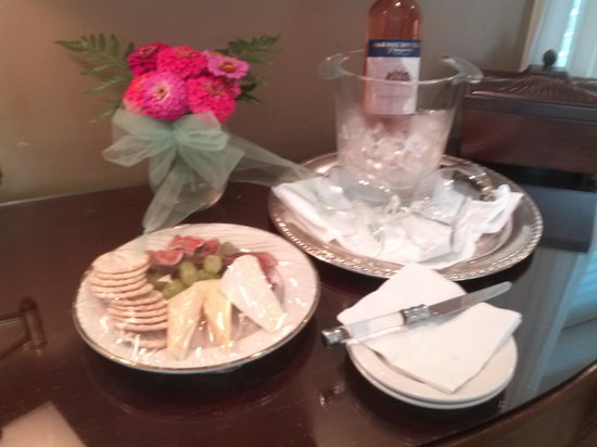 Inn at Meander Plantation : Wine and cheese apond arrival