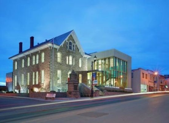 Niagara Falls History Museum: The NFHM at night on Ferry Street