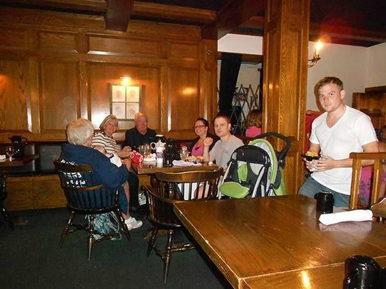 Sturbridge Host Hotel & Conference Center: The dining area was adequate, and the staff was very nice, but the service was irregular at best