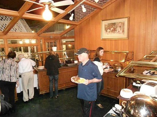 Sturbridge Host Hotel & Conference Center: The dreary breakfast buffet is cramped and crowded