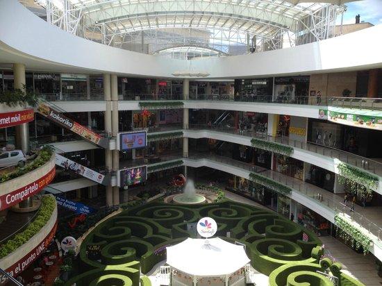 Art Hotel Boutique: Centro comercial