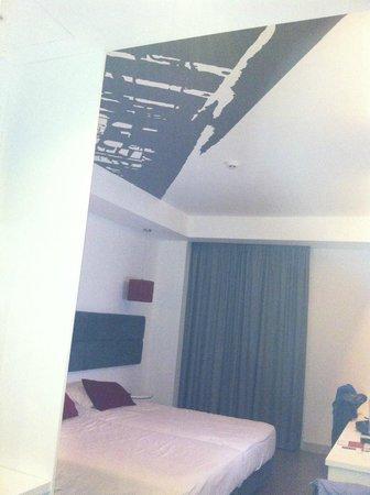 Rossio Hotel: Teto dos quartos com pinturas ou inscrições de textos!
