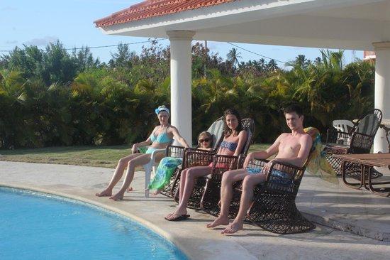 GAVA Hostel: в креслах-качалках возле бассейна