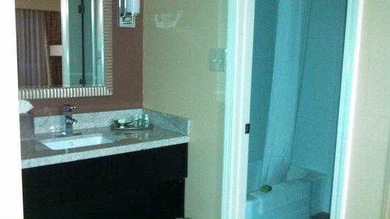 Inn at the Peachtrees: Vanity area, tub