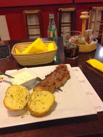 Hotel ibis Malaga Aeropuerto Avenida Velazquez: Entrecot con salsa de queso azul y patatas al vapor