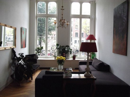 Maes B & B: living con ventanal a la calle Singel