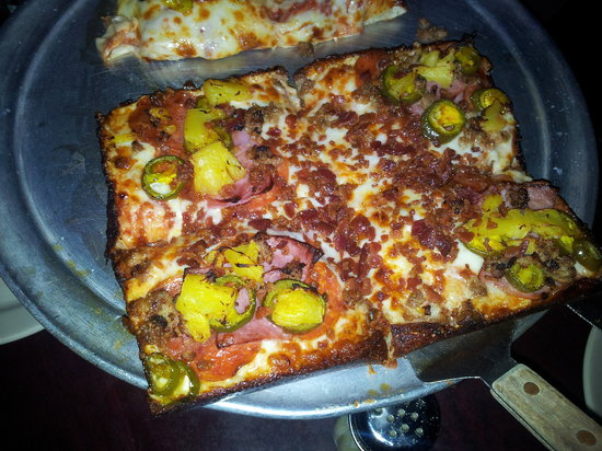 Malone's Tavern: Hawaiian pizza.