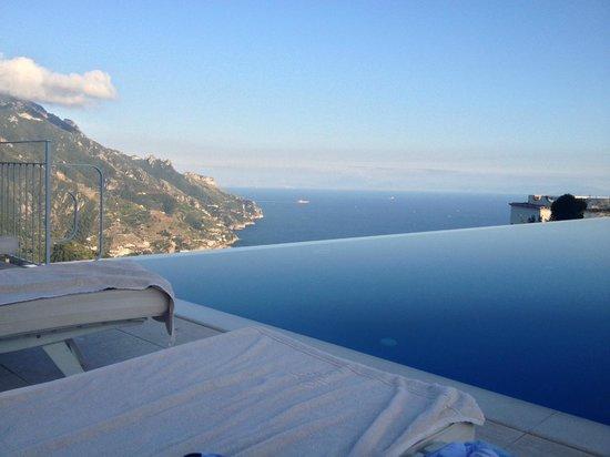 Belmond Hotel Caruso: Vista sensacional do mar na piscina infinita