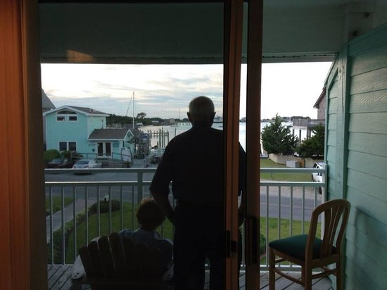 Ocracoke Harbor Inn: Mom on the balcony of our 2nd floor room