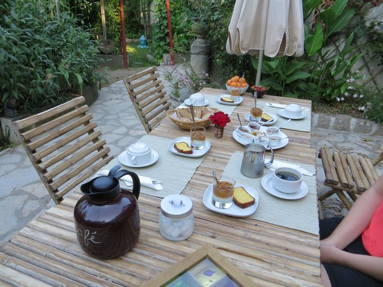 L'îlot Bambou : Breakfast on the patio