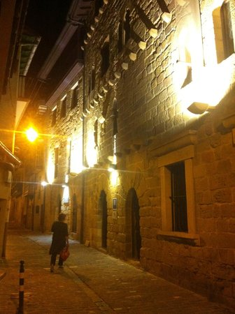 Saiaz Getaria Hotel : Entrance from the narrow cobblestone street
