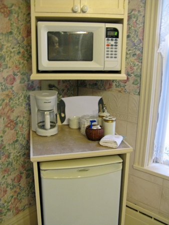 Elmwood Heritage Inn: Premier Suite--microwave, refrigerator & coffee/tea pot