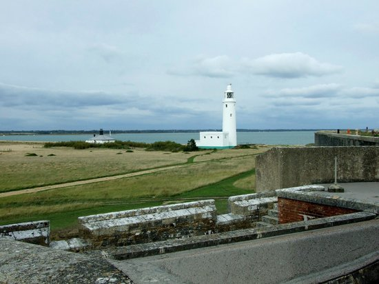 Hurst Castle: Over the fortress, to the lighthouse.