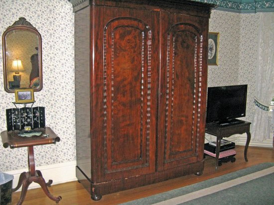 Elmwood Heritage Inn : Premier Suite--armoir closet