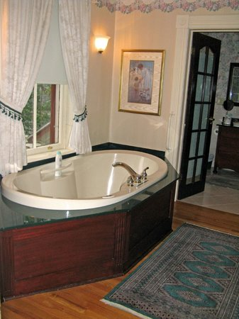 Elmwood Heritage Inn: Premier Suite--bathtub