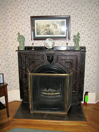 Elmwood Heritage Inn: Premier Suite--fireplace