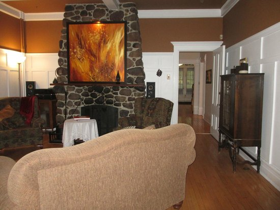 Au Clos Rolland, Couette & Cafe: Stone fireplace in lounge