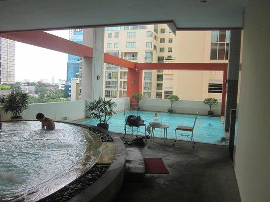 Bandara Suites Silom, Bangkok : Pool and Spa area