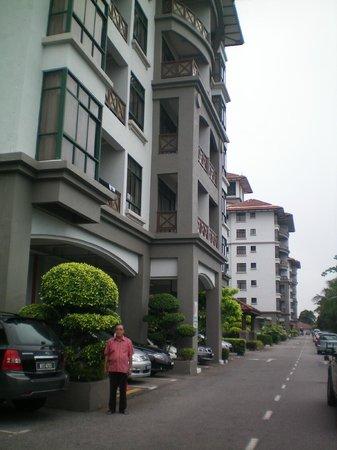 Mahkota Hotel Melaka : front view of hotel.