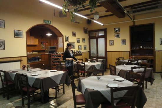 Albergo Vecchia Menaggio: The restaurant downstairs and hostess
