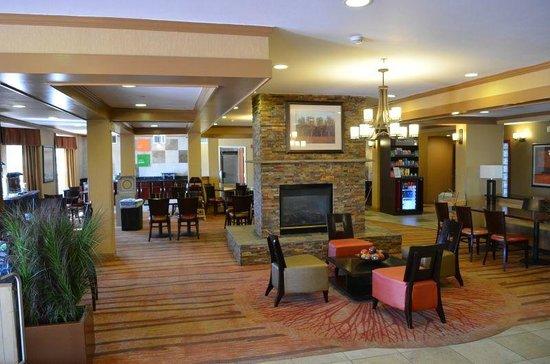 Comfort Suites Denver Tech Center: Lounge mit Blick auf den Frühstücksbereich