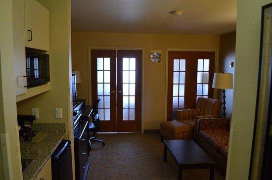 Comfort Suites Denver Tech Center: Blick in die Suite mit geschlossenen Türen