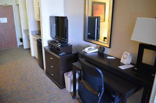 Comfort Suites Denver Tech Center: Schreibtisch, TV und Kühlschrank
