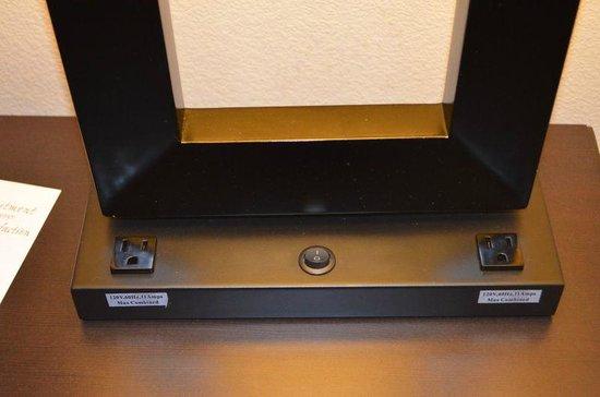 Comfort Suites Denver Tech Center: Alle Tischlampen sind mit Steckdosen ausgerüstet