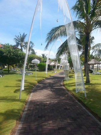 Grand Mirage Resort & Thalasso Spa - Bali : Stunning path along the beach and pool
