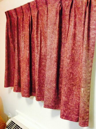 Savannah Suites Atlanta: Stains on the curtains plus no window to open