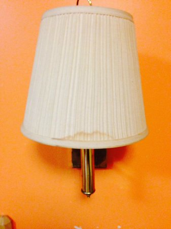 Savannah Suites Atlanta: Stains on lampshades and light doesn't even work