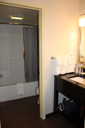 TownePlace Suites Burlington Williston: bathroom