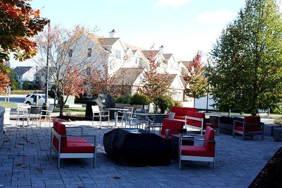 TownePlace Suites Burlington Williston : barbecue area