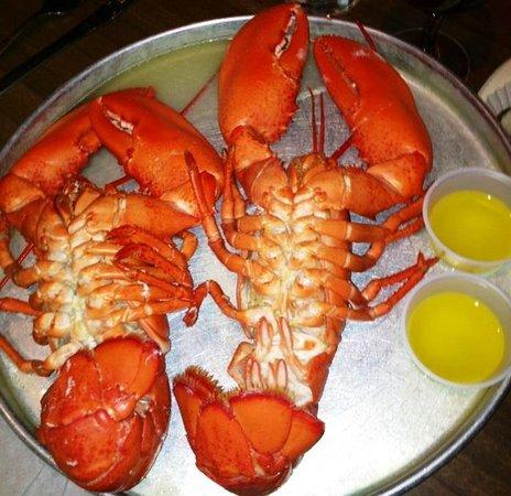 Nunan's Lobster Hut: twin lobsters!