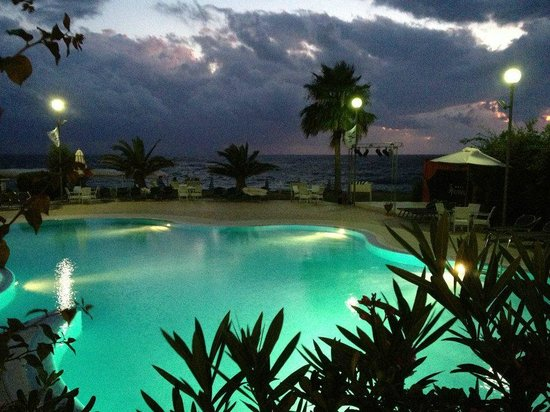 Hotel Ipomea Club: sunset by the pool
