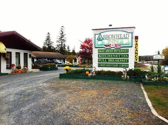 Arrowhead Inn: Hotel sign