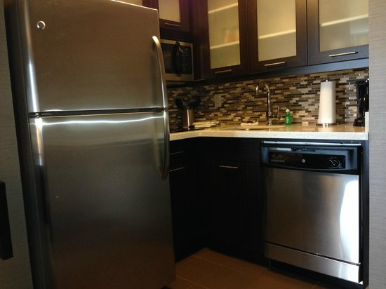 Staybridge Suites Hamilton - Downtown: The kitchen area