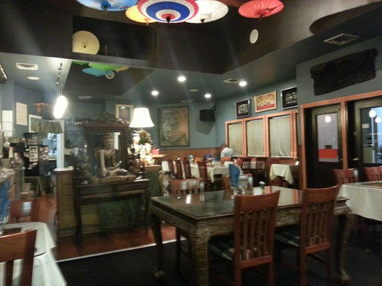 Jasmine Bistro: Restaurant view, tasteful and colorful.