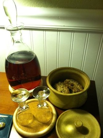 The Craftsman Inn: Complimentary Sherry & homemade cookies.