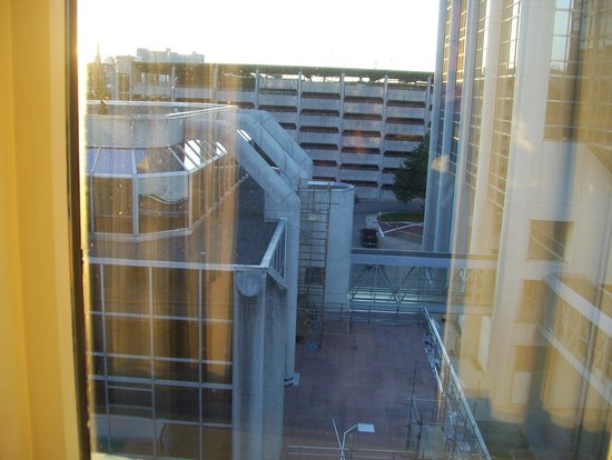 Halifax Marriott Harbourfront Hotel: view from corridor to walkway and parking