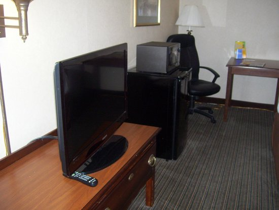 La Quinta Inn & Suites St. Albans: tv and fridge and stove
